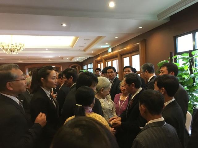 Hoàng hậu Michiko ân cần bắt tay và trò chuyện với thân nhân các cựu binh sĩ Nhật (Ảnh: An Bình)