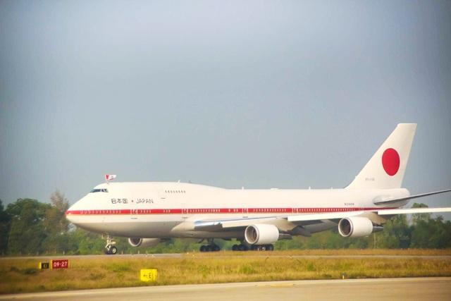 Chuyên cơ riêng của Nhật hoàng đáp xuống sân bay Phú Bài (Huế) vào lúc 16h15
