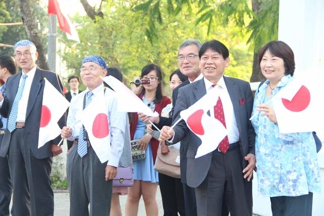 Nhiều du khách Nhật Bản rạng rỡ vẫy cờ