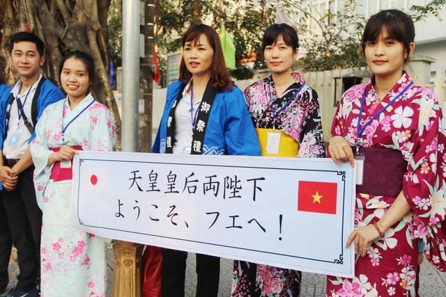 Các công nhân đang làm việc tại công ty rượu Sake Nhật đóng tại Huế đến chào đón Nhật hoàng khi Nhật hoàng về đến khách sạn