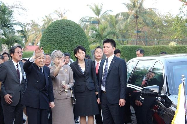 Nhật hoàng Akihito cùng Hoàng hậu Michiko vẫy tay khi đến khách sạn
