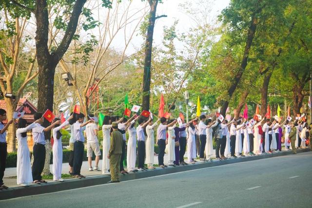 Trên đường Lê Lợi, các em học sinh tay cầm cờ của hai đất nước Việt Nam và Nhật Bản vui mừng chào đón Nhật Hoàng đến với Cố đô Huế