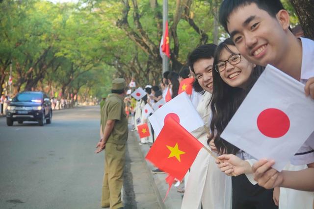 Những gương mặt học sinh Huế tươi cười rạng rỡ hân hoan chào đón Nhà vua Nhật và Hoàng hậu đến với cố đô