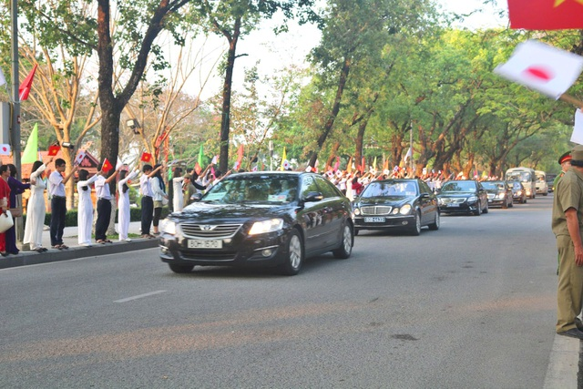 Đoàn xe Nhật hoàng tiến về khách sạn La Residence trên đường Lê Lợi.