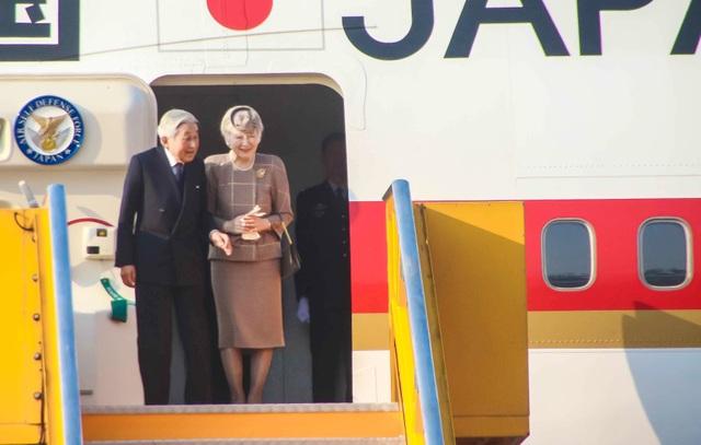 Nhật hoàng Akihito và Hoàng hậu Michiko rạng rỡ khi đến Huế