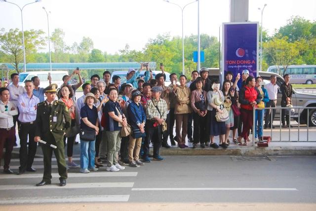 Nhiều người dân Nhật Bản cũng đã đợi trước ở sân bay để chào đón