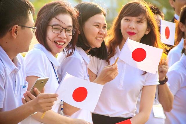 Gần 100 công nhân người Việt Nam của công ty may MSV cầm quốc kỳ của 2 quốc gia đứng sẵn chờ khoảnh khắc được gặp Nhà vua và Hoàng hậu Nhật Bản