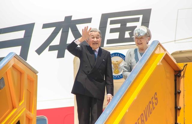 Nhật hoàng Akihito và Hoàng hậu Michiko chào tạm biệt người dân Việt Nam