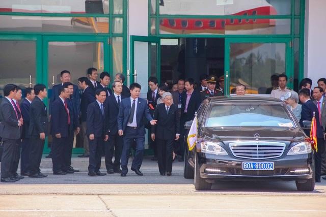 Xe của Nhật hoàng về đến sân bay Phú Bài