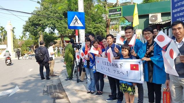 Nhiều người Nhật và Việt Nam chào đón vợ chồng Nhật hoàng ở các con đường dẫn lên di tích Phan Bội Châu