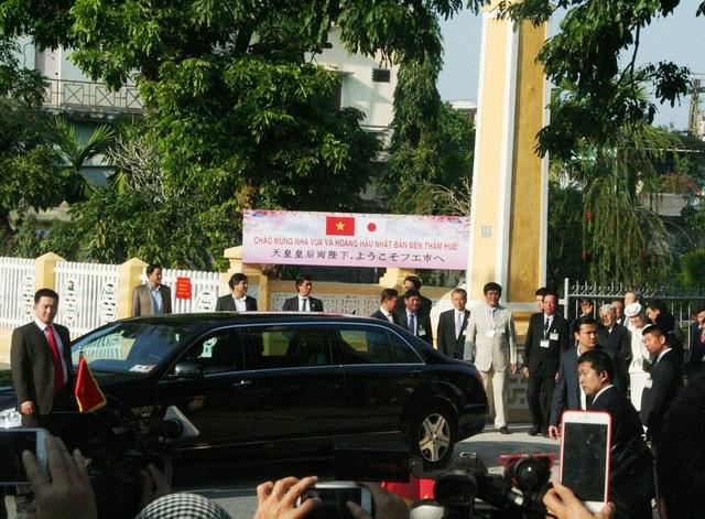 Nhật hoàng Akihito và Hoàng hậu Michiko chuẩn bị lên xe