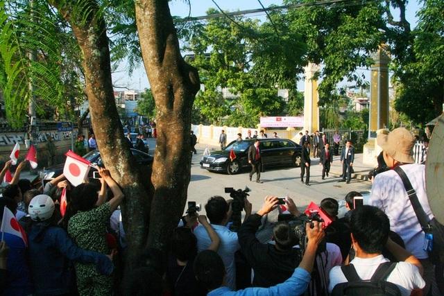 Xe chở Nhật hoàng và Hoàng hậu rời khỏi di tích lưu niệm Phan Bội Châu trong tiếng reo vui của người dân, du khách và hàng ngàn lá cờ cầm tay Nhật Bản - Việt Nam
