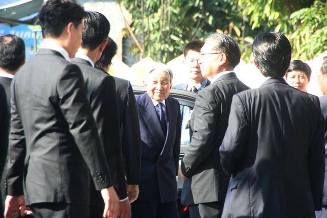 Nhật hoàng Akihito tươi cười với mọi người khi xuống xe trước cổng di tích lưu niệm Phan Bội Châu