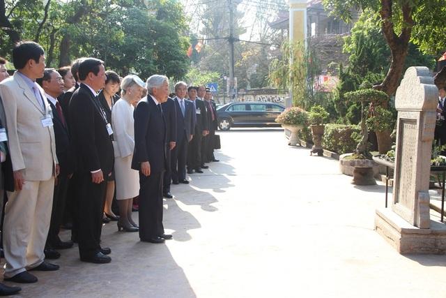 Nhật hoàng và Hoàng hậu kính cẩn trước lăng mộ cụ Phan Bội Châu