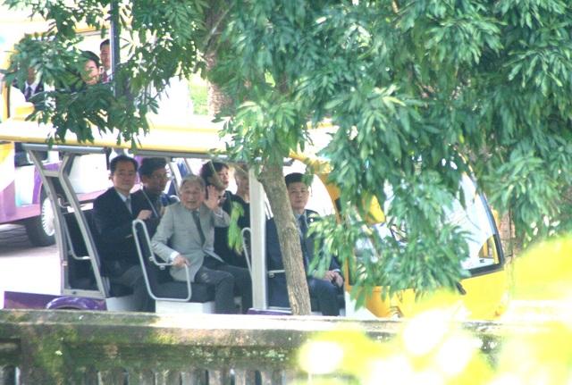 Sau khi thăm Điện Thái Hòa, Nhật hoàng đi xe điện tiến vào Duyệt Thị Đường - nhà hát cổ xưa nhất trong kinh thành Huế.