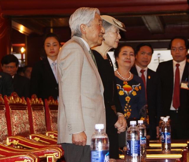 Nhật hoàng và Hoàng hậu chào hỏi tại Duyệt Thị Đường