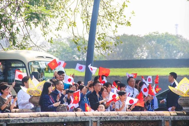 Người dân Nhật Bản vẫy cờ Nhật Bản và Việt Nam tại phía ngoài cửa Ngọ Môn