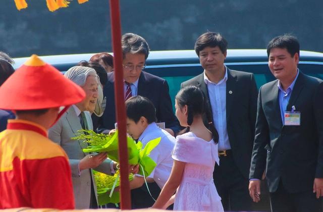 Nhật hoàng vui vẻ đón nhận hoa chúc mừng của 2 học sinh tiểu học Trần Quốc Toản, TP Huế