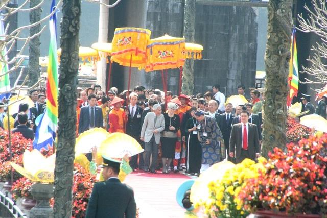TS. Phan Thanh Hải, Giám đốc Trung tâm Bảo tồn Di tích Cố đô Huế (mặc áo dài xanh) thuyết minh cho Nhật hoàng và Hoàng hậu.