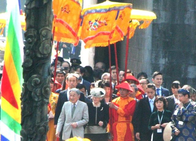 Hoàng Cung Huế cổ kính cuốn hút Nhật hoàng từ phút đầu tiên. Nhật hoàng và Hoàng hậu rất vui và hỏi nhiều điều về Hoàng Cung Huế