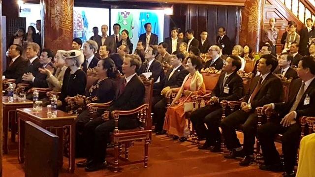 Nhật hoàng và Hoàng hậu xem biểu diễn Nhã nhạc Cung đình Huế tại nhà hát Duyệt Thị Đường trong chuyến thăm Hoàng Cung Huế sáng 4/3