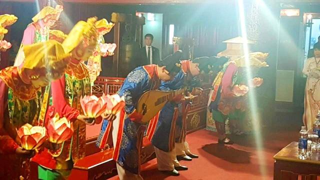 Các nghệ sĩ của Nhà hát Truyền thống Cung đình Huế chào Nhà vua và Hoàng hậu Nhật Bản sau tiết mục cuối cùng - múa Lục Cúng Hoa Đăng