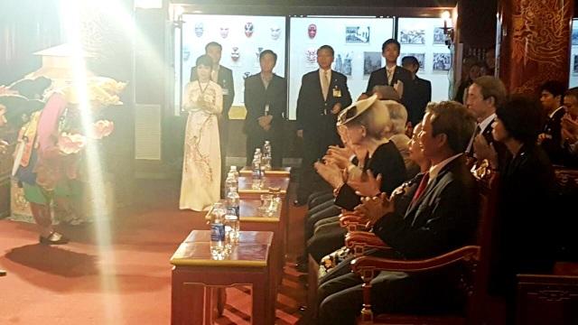 Nhật hoàng và Hoàng hậu vỗ tay chúc mừng các nghệ sĩ