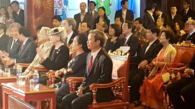 Nhật hoàng Akihito rất vui mừng khi được gặp lại các nhạc công cũ đã biểu diễn cho hoàng gia Nhật xem cách đây 10 năm ở Hoàng Cung Tokyo (ảnh: TS. Phan Thanh Hải, Giám đốc Trung tâm Bảo tồn Di tích Cố đô Huế cung cấp)