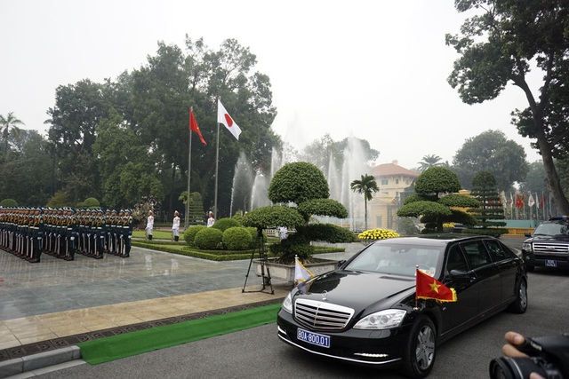 Chiếc xe chở Nhà vua và hoàng hậu Nhật Bản đến Phủ Chủ tịch