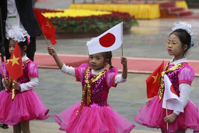 Các cháu thiếu nhi chào đón sự có mặt của Nhà vua và Hoàng hậu Nhật Bản