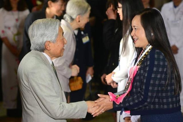Nhật hoàng trò chuyện với chị Ngô Minh Thủy, Chủ tịch Hội cựu du học sinh Việt Nam tại Nhật Bản