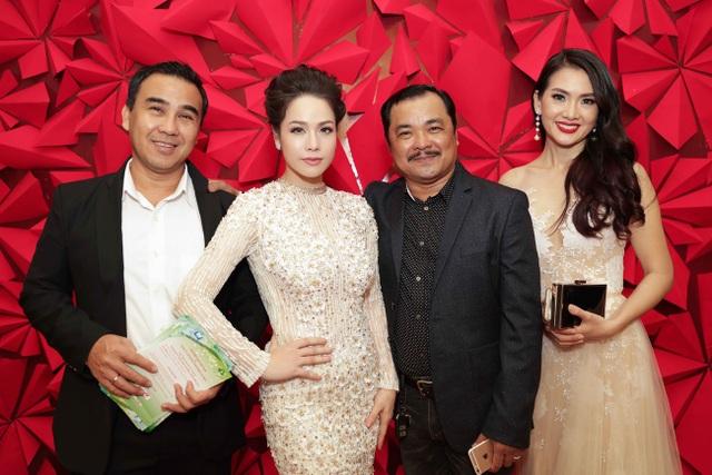 Nhật Kim Anh cùng các đồng nghiệp trên thảm đỏ Cánh diều vàng.