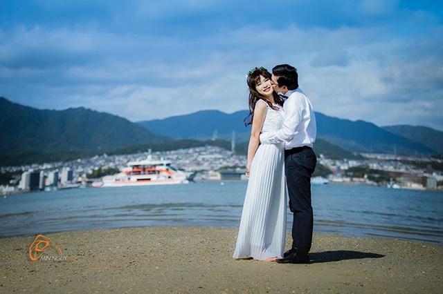 """Nhiếp ảnh gia MinNguy chia sẻ về ý tưởng của bộ ảnh: """"Khi lắng nghe câu chuyện tình yêu của Đăng Kha và Nhung mình đã góp ý về việc chụp cùng cây đàn như một nhân chứng cho tình yêu đôi lứa. Và họ có những khoảnh khắc vô cùng tự nhiên, chân thực""""."""