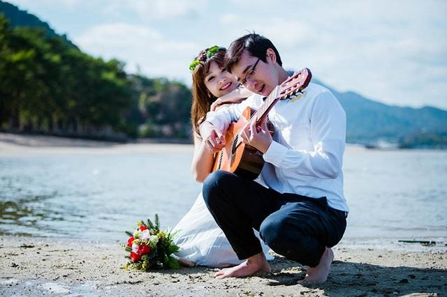Theo lời chia sẻ của cô gái Võ Nhung thì tình yêu của họ gắn liền với cây đàn, với âm nhạc nên khi chụp ảnh cưới họ quyết định sẽ chụp chung cùng cây đàn.