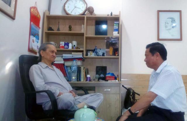 Ông Lê Doãn Hợp - Chủ tịch danh dự Hội Truyền thông số Việt Nam trong một lần tới thăm nhà văn Võ Thanh An