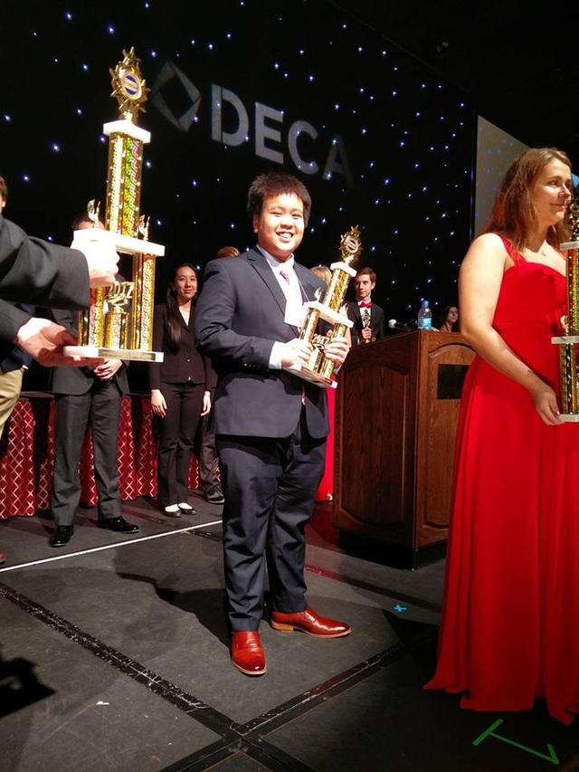 Đỗ Nhật Nam với chiếc cup giải Ba hạng mục Nguyên tắc quản trị kinh doanh kỳ thi DECA bang Pennsylvania 2017.