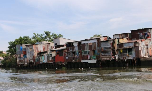 Hàng ngàn ngôi lụp xụp nhà ven kênh Đôi - Tẻ (quận 8)