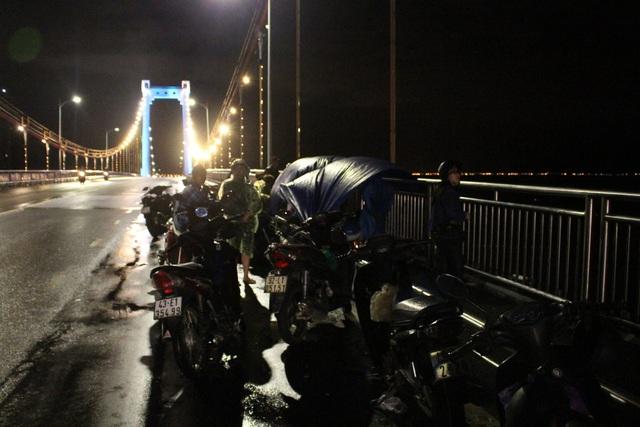 Người nhà các nạn nhân túc trực trên cầu chờ đợi việc tìm kiếm