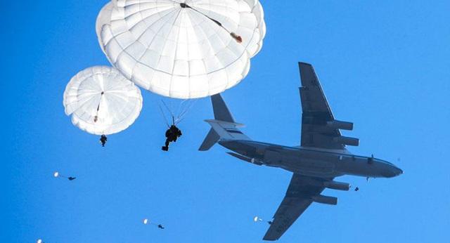 Lính nhảy dù Nga trong buổi huấn luyện (Ảnh: Sputnik)