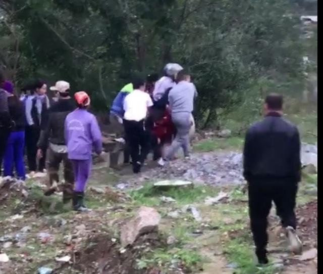 Người phụ nữ sau khi được anh Cường cứu sống đã được người dân đưa đi cấp cứu.