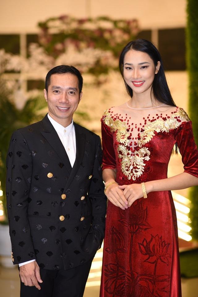 Điểm nhấn của chương trình là phần đấu giá từ thiện ủng hộ đồng bào vùng lũ. NTK Đỗ Trịnh Hoài Nam đã đấu giá từ thiện chiếc áo dài đặc biệt nhất được trình diễn bởi Hoa hậu Nhân ái Thủy Tiên (cuộc thi Hoa hậu Việt Nam 2016). Đây là chiếc áo dài từng được trình diễn tại New York Couture Fashion Week.