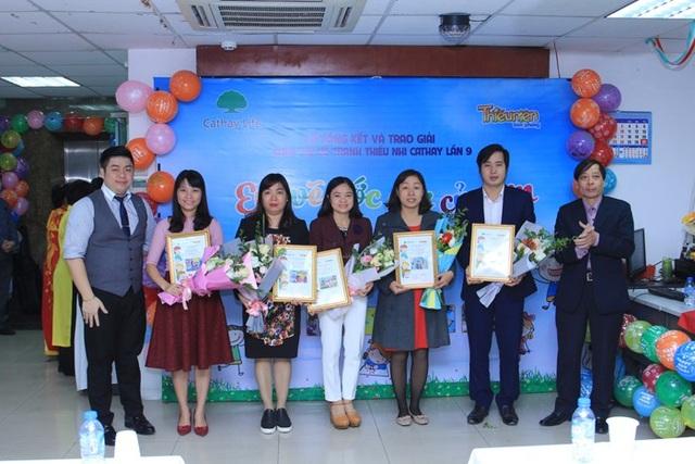 Ban tổ chức trao giấy chứng nhận tập thể cho cho các trường tích cực tham gia cuộc thi.