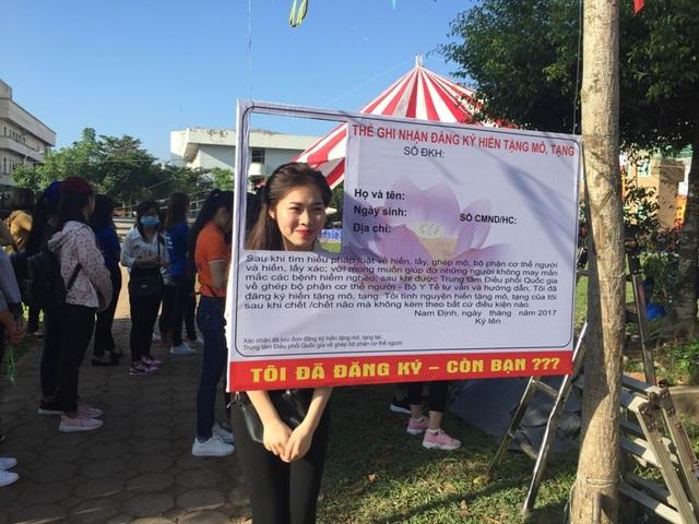 Nhiều bạn trẻ đến đăng ký hiến tặng mô, tạng