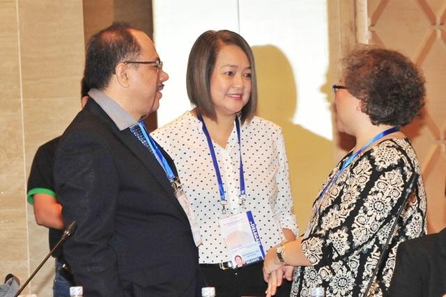 Đại biểu các nền kinh tế thành viên APEC trao đổi bên lề Diễn đàn