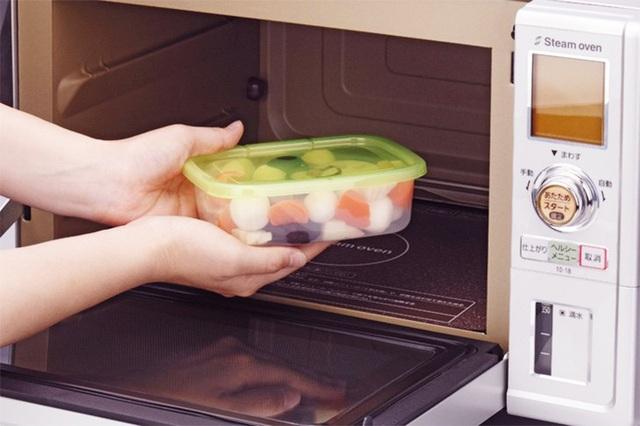 Bạn nên dùng đồ thủy tinh khi cần làm nóng thức ăn trong lò vi sóng