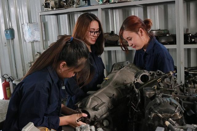 Tiếp xúc với dầu nhớt, ốc vít nhưng không làm các nữ trường ĐH Sư phạm Kỹ thuật TPHCM khô cứng