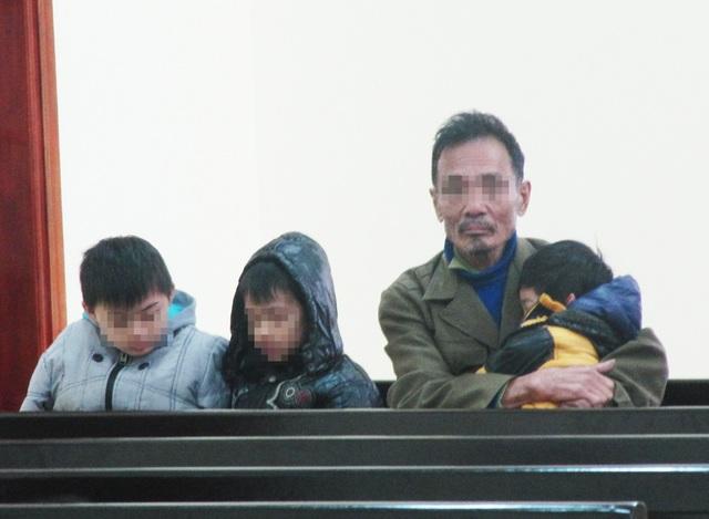Người cha già và 3 đứa con của bị cáo Trần Mạnh Tài tới tham dự phiên tòa.