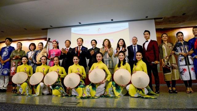 Đây là hoạt động do Bộ Văn hoá, Thể thao và Du lịch và Đại sứ quán Việt Nam tại Tây Ban Nha tổ chức với sự hỗ trợ của Nhà châu Á (Casa Asia) nhân dịp kỷ niệm 40 năm thiết lập quan hệ ngoại giao giữa Việt Nam - Tây Ban Nha.