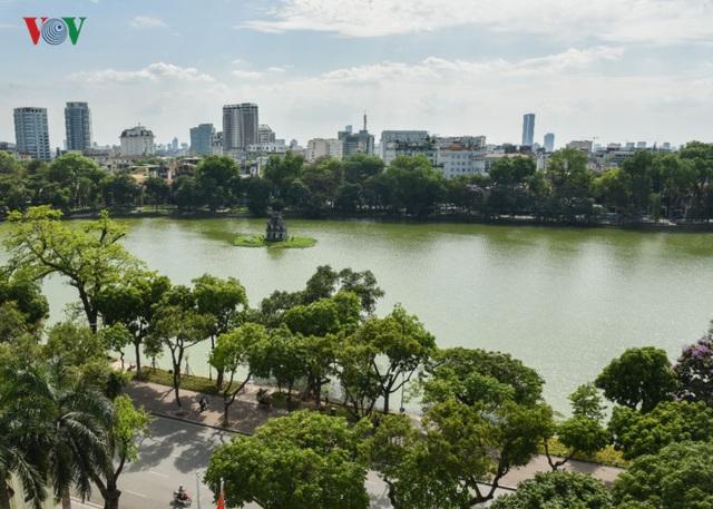 Hà Nội có nhiều tuyến đường, phố rợp bóng cây, mát mẻ góp phần làm nên vẻ đẹp cảnh quan và tạo ra một môi trường xanh sạch đẹp.