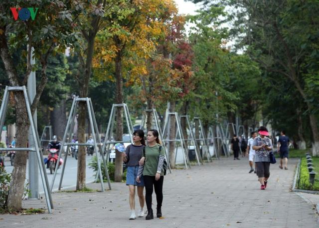 Đầu tiên phải kể đến các tuyến phố xung quanh hồ Hoàn Kiếm. Nơi này tập trung rất nhiều người đi bộ từ sáng đến tối.